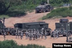 을지프리덤가디언(UFG) 미한연합군사훈련이 시작된 지난 22일 한국 경기도 파주시 접경지역에서 주한미군 장병과 차량이 훈련을 준비하고 있다.