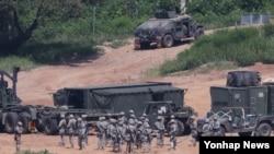 Pasukan AS ikut ambil bagian dalam latihan militer bersama AS-Korea Selatan di Paju, Korea Selatan hari Senin (22/8).