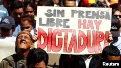Manifestantes condenan en Venezuela la guerra declarada por el gobierno a los medios de prensa independientes.