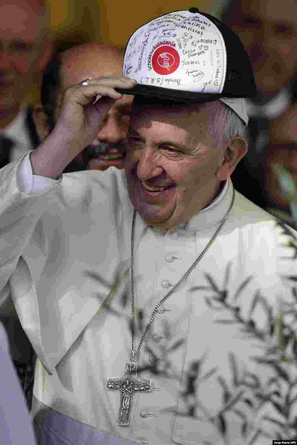 Papa Francisco no Paraguai usa boné oferecido por estudantes