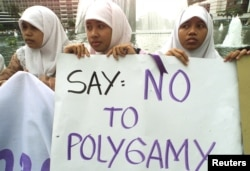 Para aktivis perempuan menggelar protes menentang praktik poligami di Jakarta, 24 November 2000. (Foto: Reuters/dok)