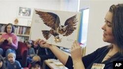 Seorang instruktur program literatur sedang membacakan cerita untuk anak-anak. Buku masa kanak-kanak umumnya akan terekam hingga kita dewasa.