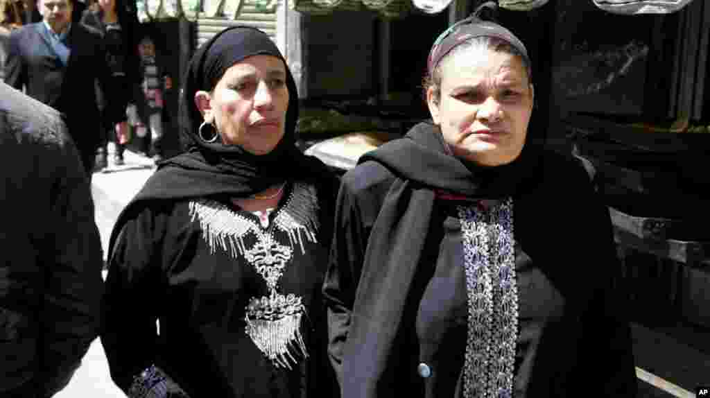 Coptic women make their way to the the cathedral in Cairo. (VOA-E. Arrott)