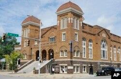 Pengunjung melihat Gereja Baptis di Birmingham, Ala, 29 Juli 2016. Gereja tersebut adalah tempat pemboman Ku Klux Klan yang menewaskan empat gadis kulit hitam pada tahun 1963. (Foto: AP)