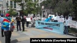 Ba Congolais na milulu na nzela ebengaki Black Lives Matter Plaza Northwest, na Washington D.C, USA, mpo na kopalela bobomami ya bandeko na bango na monyele ya RDC, Washington, 2 août 2020. (John's Mbulula)
