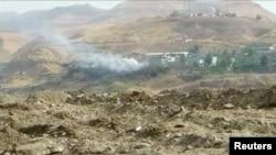 Asap mengepul dari bangunan di lokasi ledakan bom mobil di markas polisi Cizre, provinsi Sirnak, Turki yang berbatasan dengan Suriah dan Irak, 26 Agustus 2016. (REUTERS/via Reuters TV)