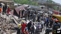Des secouristes recherchent des victimes sur le site d'un attentat à la bombe dans le quartier central de Bab al-Muadham à Bagdad, en Irak, le lundi 4 Juin 2012. (AP Photo / Hadi Mizban)