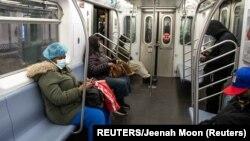 Người dân Mỹ trên chuyến tàu điện ngầm qua ga Times Square ở New York. Nhiều nghiên cứu mới cho thấy những người dương tính với virus corona không hề có triệu chứng nào của căn bệnh này.