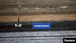 2018年6月28日,在美國威斯康辛州普萊森特山富士康科技集團LCD製造園區奠基儀式上的鐵鏟和富士康標誌。