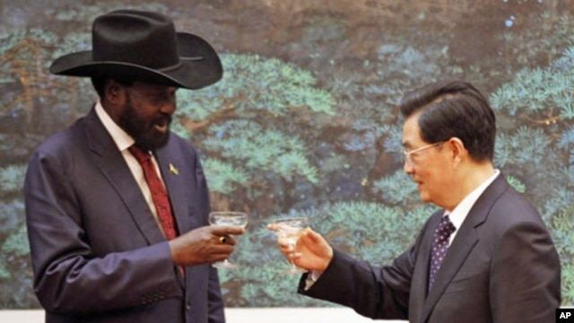 South Sudan's President Salva Kiir Mayardit (L) and his Chinese counterpart Hu Jintao toast during a signing ceremony at the Great Hall of the People in Beijing, April 24, 2012.