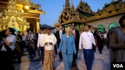 Madam Cinton ale nan prensipal vil komèsyal Bimani a, Rangoon, kote li rankontre ak lidè mouvmna demokratik la, Aung San Sui Chi.