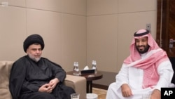 مقتدی صدر، روحانی شیعه عراقی در کنار محمد بن سلمان، ولیعهد عربستان - ۳۰ ژوئیه ۲۰۱۷ جده
