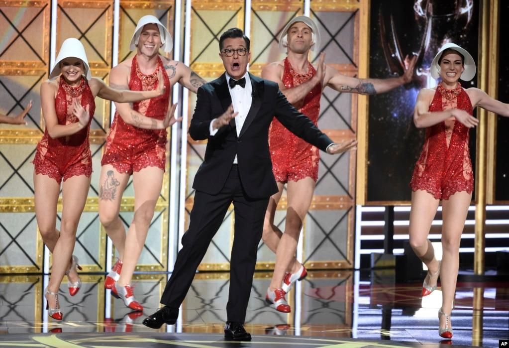 """今年艾美奖颁奖典礼主持人、电视夜间说笑节目明星斯蒂芬·科尔伯特(Stephen Colbert)和伴舞者在舞台上。他在开场白中多次调侃川普总统,其中包括川普曾抱怨他从未因主持电视真人秀《名人学徒》(Celebrity Apprentice)而拿到艾美奖。科尔伯特说:""""你们为什麽不给他一个艾美奖?我告诉你们,如果他拿下了艾美奖,我打赌他就不会竞选总统了。所以在某种意义上说,这是你们的错。"""""""
