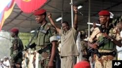 Le président Idriss Deby du Tchad, main levée lors du manifestation à N'Djamena