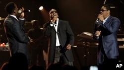 남성 알앤비 보컬 그룹 보이즈투맨이 지난 2008년 10월 미국 라스베이거스에서 열린 어린이를 위한 자선 공연에서 노래하고 있다.