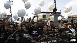 Các nhà báo thả những chiếc bong bóng trắng trong lễ tưởng niệm đầu tiên vụ thảm sát chính trị ở Philippines