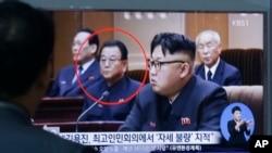 Ông Kim Yong Jin, thứ 2 từ trái sang, đã bị đưa ra pháp trường xử bắn hồi tháng trước sau khi bị buộc tội bày tỏ 'thái độ xấu' khi tham dự một phiên họp quốc hội vào tháng 6.