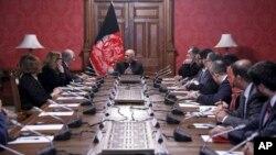 Президент Афганистана Ашраф Гани (в центре) беседует с Залмаем Халилзадом