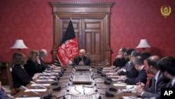 Le président afghan Ashraf Ghani, au centre, s'entretient avec l'émissaire américain pour la paix en Afghanistan, Zalmay Khalilzad, troisième à gauche, au palais présidentiel de Kaboul, le lundi 28 janvier 2019. (Palais présidentiel afghan via AP)