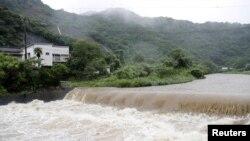 Sungai Futami meluap akibat hujan lebat yang melanda Yatsushiro, Prefektur Kumamoto, Jepang barat daya, 3 Juli 2019, (Foto: Kyodo / via Reuters).