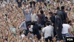 عکس آرشیوی از میرحسین موسوی، نامزد معترض به نتیجه انتخابات ریاست جمهوری ۸۸ ایران در میان معترضان - خرداد ۱۳۸۸
