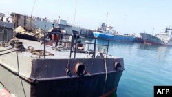 Kapal Konarak yang rusak akibat terkena rudal selama latihan angkatan laut, di pelabuhan Jask, selatan provinsi Hormozgan, 11 Mei 2020.