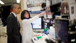 Presiden Obama dalam sebuah kunjungan di Institut Kesehatan Nasional, Maryland, AS (2/12/2014). Presiden AS itu menginginkan AS menjadi negara terdepan dalam bidang medis.