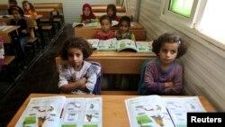 រូបឯកសារ៖ កុមារភៀសខ្លួនស៊ីរីអង្គុយនៅក្នុងថ្នាក់រៀនដែលរៀបចំដោយ UNICEF នៅក្នុងអំឡុងទស្សនកិច្ចរបស់គណប្រតិភូសហភាពអ៊ឺរ៉ុប នៅឯជំរុំ Al Zaatri នៅក្នុងប្រទេសហ្ស៊កដានី ក្បែរព្រំដែនប្រទេសស៊ីរី កាលពីឆ្នាំ២០១៣។