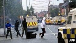 Şimali İrlandiyada protestant yürüşlərindən qabaq Belfastın qərb küçələrində iğtişaş olub
