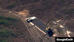 북한 동창리 미사일 발사장을 찍은 4월22일자 위성사진. 화면 왼쪽 윗부분에 굴착 작업이 이뤄지는 모습이 포착됐다. 그 옆 건물은 미사일 조립동이고, 아래쪽 건물은 발사대다. 구글 어스 이미지.