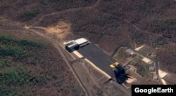 동창리 미사일 발사장을 찍은 지난달 22일자 위성사진. 화면 왼쪽 윗부분에 굴착 작업이 이뤄지는 모습이 포착됐다. 그 옆 건물은 미사일 조립동이고, 아래쪽 건물은 발사대다. 구글 어스 이미지.