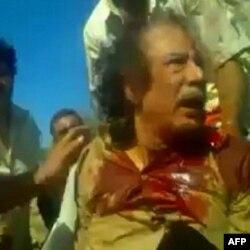 Bức ảnh trích từ video của một người quay video nghiệp dư cho thấy hình ảnh của ông Gadhafi sau khi bị bắt