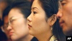 지난 2005년 5월 서울에서 열린 탈북민 취업 박람회에서 탈북자들이 설명을 듣고 있다. (자료사진)