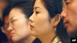 지난 2005년 5월 한국 서울에서 열린 탈북민 취업 박람회에서 탈북 여성들이 설명을 듣고 있다. (자료사진)