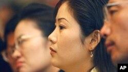 한국 서울에서 열린 탈북민 취업 박람회에서 참석자들이 취업 관련 강의를 듣고 있다.