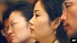한국 서울에서 탈북민 취업박람회에 참석한 탈북민들이 설명을 듣고 있다. (자료사진)