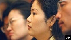 지난 2005년 5월 한국 서울에서 열린 탈북민 취업 박람회에서 탈북민들이 취업을 위한 설명을 듣고 있다. (자료사진)