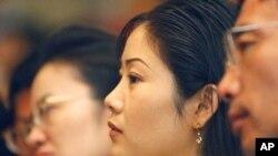 한국 서울에서 열린 탈북민 취업 박람회에서 한 탈북 여성이 설명을 듣고 있다. (자료사진)