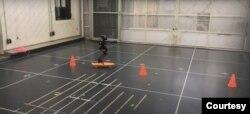 LEO bisa berjalan seperti manusia dengan menggunakan baling-baling yang dapat membuatnya tetap tegak, dan dua kaki bersendi yang dapat menggerakan pusat bobotnya ke depan. (Courtesy: Caltech)