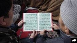 Waislam wa Afghanistan wakisoma kitabu kitakatifu cha Quran wakati wa maadhimisho ya siku ya kuzaliwa mtume Mohammad huko Kabul, Afghanistan