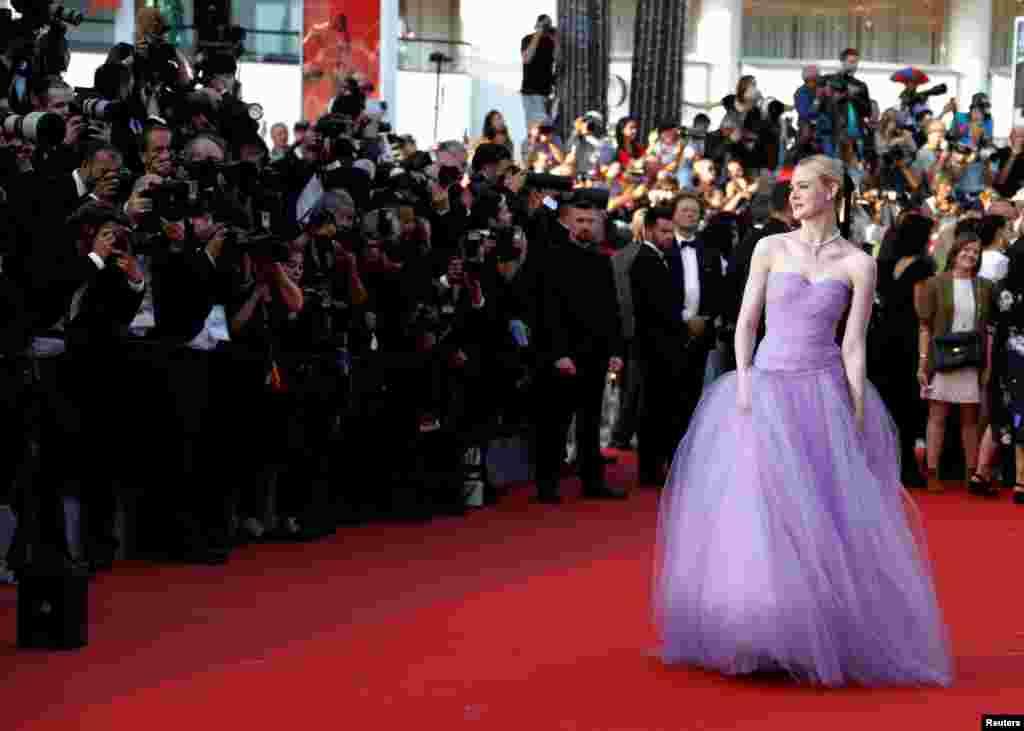 តារាសម្តែងអាមេរិកអ្នកនាង Elle Fanning បានមកដល់នៅក្នុងការចាក់បញ្ចាំងភាពយន្ត « The Beguiled» នៅក្នុងកម្មវិធីខ្សែភាពយន្ត Cannes លើកទី៧០ នៅក្នុងប្រទេសបារាំងកាលពីថ្ងៃទី២៤ ឧសភា ២០១៧។