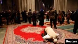 Omar Abdul-Malik melaksanakan sholat sunnah di gereja nasional Katedral Washington, menjelang acara Sholat Jumat untuk pertama kali di gereja Katedral Washington DC (14/11).