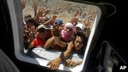 Dân làng Philippines tuyệt vọng vì đói khát đổ xô nhận phẩm vật cứu trợ từ máy bay trực thăng Seahawk của Hải quân Hoa Kỳ, ngày 18/11/2013.