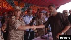 Gradjanin Libije predaje oružje Načelniku združenog generalštaba vojske Libije.