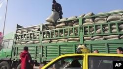 图为一辆装满大米的30吨卡车1月12日正在等待进入朝鲜