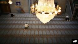 Muçulmanos orando numa mesquita