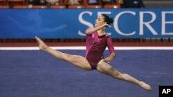 Aly Raisman compite en los ejercicios de piso, competencia en la que ganó la medalla de oro, este martes 7 de agosto.
