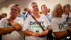 Partidarios de Danny O'Connor, observan ansiosos los resultados durante la noche de las elecciones en Ohio el martes, 7 de agosto de 2018, en Westerville, Ohio.