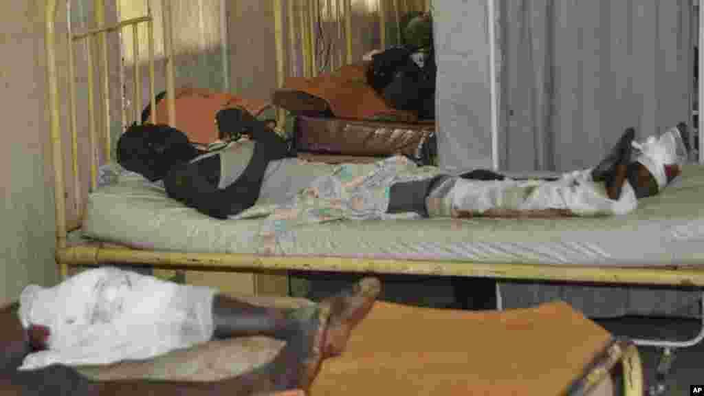 Qaar ka mid ah dadkii ku dhaawacmay qaraxyadii masaajidka oo lagu daweynayo cisbitaal. Kano, Nigeria, Nov. 29, 2014
