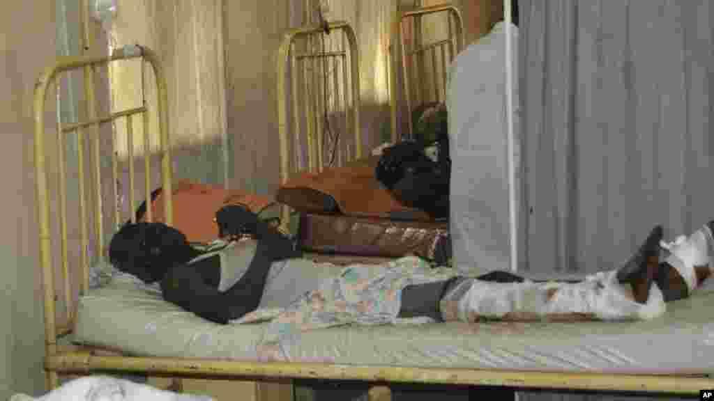 Des victimes de l'explosion d'une bombe à la mosquée centrale reçoivent un traitement à l'hôpital spécialisé Murtala Muhammed, à Kano, au Nigeria, samedi 29 novembre, 2014.